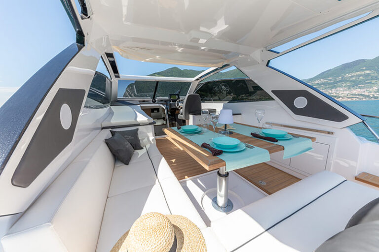 Rio Yachts Paranà 38 table